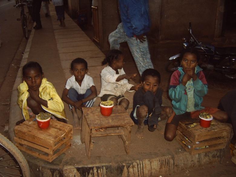 Niños jugando a vender en el mercado