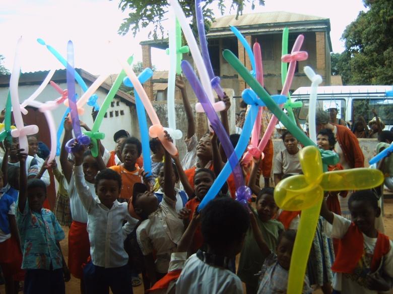 Taller de globoflexia en una escuela para niños con NEE